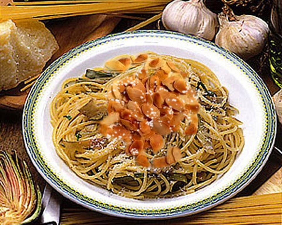 Spaghetti con carciofi e mandorle alla Siciliana